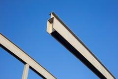 La composition abstraite avec du fer rayonne à l'arrière-plan de ciel bleu Photo stock