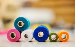 La composition avec la bobine des fils de tailleur s'est étendue sur la table Photo stock