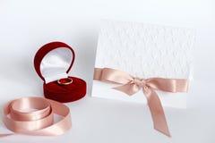 La composition avec la carte faite main a gravé les coeurs et la boîte en refief avec le wedd Images stock