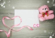 La composition de jour du ` s de Valentine de l'ours de nounours de carte de voeux et entendent Images libres de droits