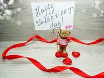 La composition de jour du ` s de Valentine de l'ours de nounours de carte de voeux et entendent Photo libre de droits