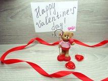 La composition de jour du ` s de Valentine de l'ours de nounours de carte de voeux et entendent Image stock