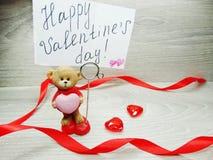 La composition de jour du ` s de Valentine de l'ours de nounours de carte de voeux et entendent Photographie stock libre de droits