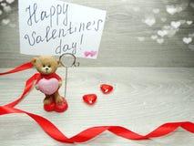 La composition de jour du ` s de Valentine de l'ours de nounours de carte de voeux et entendent Images stock