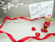 La composition de jour du ` s de Valentine de l'ours de nounours de carte de voeux et entendent Image libre de droits