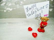 La composition de jour du ` s de Valentine de l'ours de nounours de carte de voeux et entendent Photographie stock
