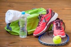 la composition des équipements de sports sur le plancher en bois foncé Photographie stock libre de droits
