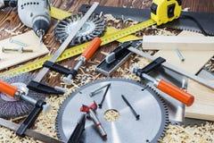 La composition des agrafes, des burins, et des puces sur le bureau dans l'atelier en bois Photos libres de droits