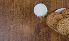La composition des biscuits et d'un pot en verre avec du lait photos libres de droits