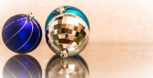 La composition des boules de Noël de bleu et d'argent Jouets du ` s de nouvelle année Image libre de droits