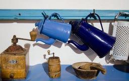 La composition des ustensiles antiques de ménage photographie stock libre de droits