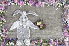 La composition du lapin des feuilles de la fleur Stakhis et du cadre des fleurs Spirea et Veronica photographie stock libre de droits