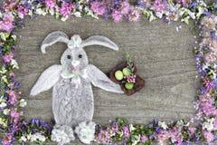 La composition du lapin des feuilles de la fleur Stakhis et du cadre des fleurs Spirea et Veronica photo stock