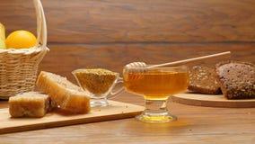 La composition du miel, le nid d'abeilles, les fruits, le tommy brun et l'abeille panent (la casserole de RL) banque de vidéos