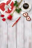 La composition en jour du ` s de Valentine sur la table en bois avec la forme de coeur objecte et la rose de rouge Images stock