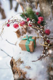 La composition en Noël avec le boîte-cadeau a décoré le ruban vert Photos stock