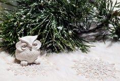 La composition en nouvelle année avec le hibou et le pin couvert de neige s'embranchent Image stock