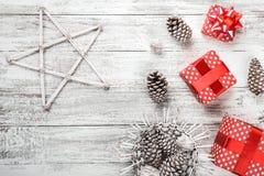 La composition en ` s de nouvelle année, papier peint a emballé dans l'emballage rouge avec les cônes décoratifs colorés de pin Photos stock