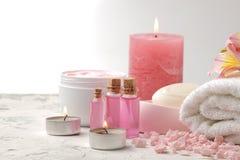 La composition en station thermale avec du sel de mer, arome huile, des serviettes et les savons et le corps frotte Concept de st image libre de droits