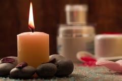La composition en station thermale avec du sel de mer, bougies, savon, écosse, écrème pour le visage Photo stock