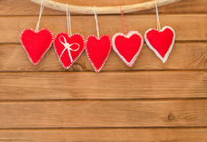 La composition romantique d'amour du rouge a senti des coeurs sur le backgroun en bois Photographie stock libre de droits