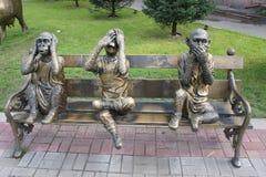 La composition sculpturale du ` de singes ne pas entendre, ne pas voir, ne pas dire le ` dans une des cours au centre d'Irkoutsk Images stock