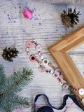 La composizione decorativa di Natale dell'inverno della decorazione e dell'abete festivi si ramifica su un fondo di legno leggero fotografie stock