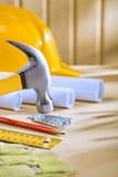 La composizione degli strumenti di carpenteria sopra woden la tabella immagini stock