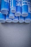 La composizione dei disegni di ingegneria blu su fondo grigio cons Fotografia Stock