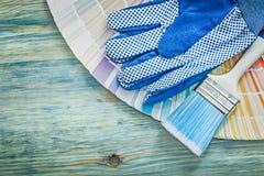 La composizione dei guanti protettivi colora i pennelli del campionatore su w Fotografia Stock Libera da Diritti