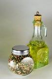 La composizione dei piatti di vetro con l'intero olio di girasole e del pepe Immagine Stock Libera da Diritti