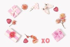La composizione dei regali al giorno di biglietti di S. Valentino Immagine Stock