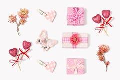 La composizione dei regali al giorno di biglietti di S. Valentino Immagini Stock