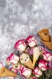 La composizione del gelato waffles con i mazzi delle rose su un fondo di pietra Fotografia Stock