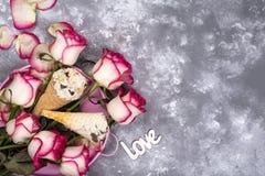 La composizione del gelato waffles con i mazzi delle rose su un fondo di pietra Fotografie Stock
