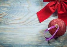 La composizione del Natale rosso piega la palla sul celebratio del bordo di legno Fotografia Stock