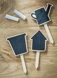 La composizione del segno di legno nero dei prezzi della lavagna etichetta su legno b Fotografie Stock
