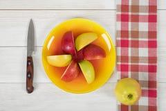 La composizione della mela collega sul piatto e su un coltello accanto nella vista superiore Immagini Stock Libere da Diritti