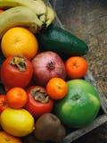 La composizione della miscela ha colorato i frutti tropicali e mediterranei su fondo di legno Concetti circa la decorazione, Immagine Stock Libera da Diritti