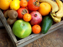 La composizione della miscela ha colorato i frutti tropicali e mediterranei su fondo di legno Concetti circa la decorazione, Fotografie Stock