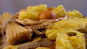 La composizione della pasticceria Spaghetti e pasta lunghi video d archivio