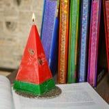 La composizione delle candele fatte a mano openwork rosse brucianti gradisce la a Fotografie Stock