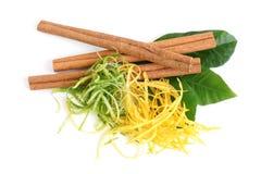 La composizione delle foglie del cedro, della cannella e del limone Immagine Stock