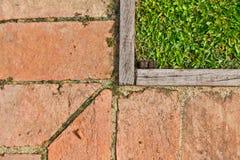 La composizione di erba, di legno e delle mattonelle di pavimento Fotografia Stock Libera da Diritti