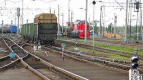 La composizione di smistamento nei vagoni si muove in avanti nella stazione ferroviaria archivi video