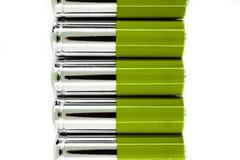 La composizione di verde e le batterie dell'argento disposte nella linea e simbolizzano l'energia verde, protezione dell'ambiente immagine stock