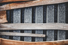 La composizione fatta?? lamine di metallo dalle vecchie del tetto e del bordo curvo Immagini Stock Libere da Diritti