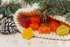 La composizione in Natale con i rami dell'abete e la giuggiola gialla stars nel cappello tricottato Fotografia Stock Libera da Diritti
