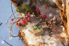 La composizione in Natale con il contenitore di regalo ha decorato il nastro verde Fotografia Stock Libera da Diritti