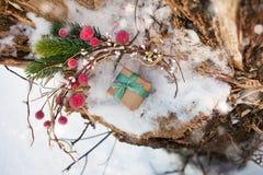 La composizione in Natale con il contenitore di regalo ha decorato il nastro verde Fotografie Stock